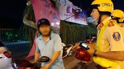 """TP.HCM: Bị CSGT đo nồng độ cồn, """"ma men"""" bỏ xe máy, đi bộ"""