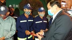 Quảng Nam: Bí thư Tỉnh ủy xuống tận nơi lao công dọn rác để tặng quà