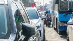Đường vào chợ hoa lớn nhất Hà Nội kẹt cứng ngày 30 Tết Tân Sửu