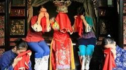 """Trung Quốc: Cô dâu Thổ Gia """"khóc hôn"""" cả tháng mới được lên xe hoa"""