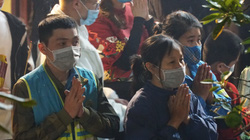 Người dân Hà Nội đổ xô đi chùa xin lộc sau màn bắn pháo hoa chào năm mới