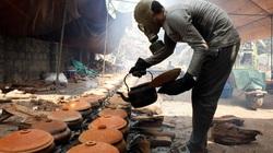 Ảnh đeo mặt nạ phòng độc để kho cá ở làng Vũ Đại lên báo nước ngoài dịp Tết