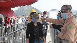 Người dân chen nhau khai báo y tế, viếng chùa Tam Chúc chiều mùng 3 Tết