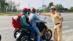 """Ngày đầu năm đi làm, người đi đường được CSGT Đồng Nai """"tuýt còi""""... tặng nước uống"""