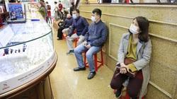 Giá vàng giảm mạnh, người dân ngồi ghế xếp hàng chờ mua trước ngày vía Thần Tài