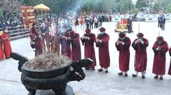 Người dân đeo khẩu trang kín mít khi về khai lễ Đền Mẫu Âu Cơ giữa dịch Covid-19