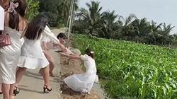 Clip: Màn bắt hoa cưới đi vào lòng người của cô gái và cái kết đi vào lòng... ruộng