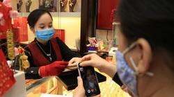 Lo sợ dịch Covid-19, người Hà Nội gọi FaceTime nhờ mua vàng ngày Vía Thần tài