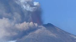 """Clip: Núi Etna """"tỉnh giấc"""", bắn dung nham hàng trăm mét lên bầu trời"""