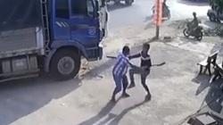 Giành đường để chạy trước, 2 tài xế xe tải vác dao đuổi chém nhau