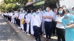 Xúc động cảnh người dân đeo khẩu trang đứng bên đường tiễn biệt nguyên Phó Thủ tướng Trương Vĩnh Trọng