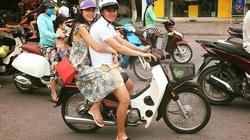 Hình ảnh Công Vinh, Thuỷ Tiên đi hẹn hò trên xe dream được dân mạng chú ý