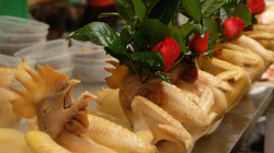 Gà ngậm hoa, bánh trôi ngũ sắc đắt hàng Rằm tháng Giêng