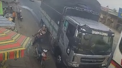 Video tài xế xe tải vượt ẩu, người phụ nữ và cháu bé thoát chết trong gang tấc