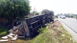 """Xe tải lật ngang, nghi do tài xế mải xem vụ 2 ôtô """"bay"""" xuống ruộng"""