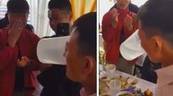 """Bố cô dâu khiến nhà trai """"xanh mặt"""" khi bị mang 5 can rượu ra thách đấu"""