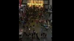 Clip: Người dân vỡ òa trong vui sướng khi lệnh cách ly tòa nhà T6, Time City, được dỡ bỏ