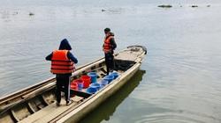 TP.HCM: Thuê ghe ra giữa sông thả cá chép vì sợ bị vợt ngay khi vừa xuống nước