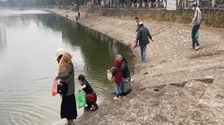 Hà Nội: Người dân nghiêm túc thực hiện việc đeo khẩu trang khi thả cá chép vàng tiễn ông Công, ông Táo về trời