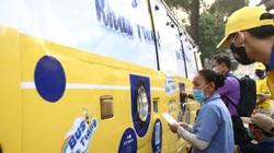 TP.HCM: Xuất hiện chiếc xe buýt vàng phát khẩu trang miễn phí như ATM gạo cho người dân, công nhân