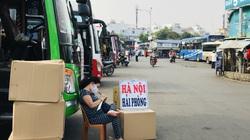 Bến xe Miền Đông ngày 25 Tết trống trơn, khách đua nhau gửi quà về quê cho người thân