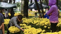 TP.HCM mưa lớn chiều 27 Tết, người bán hoa nháo nhào, đã lo càng thêm lo