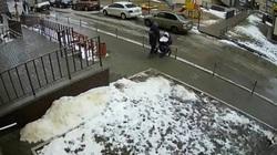 Clip: Nam sinh viên nhảy từ tầng 17 xuống đất tự tử, rơi trúng xe đẩy em bé 5 tháng tuổi