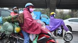 Người dân đội mưa về quê ăn Tết sau ngày làm việc cuối cùng năm Canh Tý