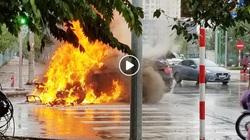 Clip: Xế sang BMW bỗng nhiên bốc cháy ngùn ngụt giữa trời mưa tầm tã