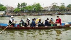 Lái đò thức xuyên đêm chờ chở khách đi tham quan chùa Hương