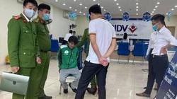 Nóng: Bắt kẻ mặc đồng phục Grab xông vào cướp ngân hàng BIDV giữa trưa