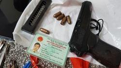 Bị cảnh sát còng tay, kẻ trộm cố rút súng chống trả