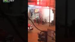 Clip nóng: Cận cảnh đối tượng nghi nổ súng, dùng mìn tự chế vào cướp tiệm vàng ở Hải Phòng