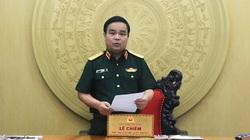 Ủy viên Bộ Chính trị Nguyễn Hòa Bình tặng kỷ niệm chương cho Thứ trưởng Bộ Quốc phòng