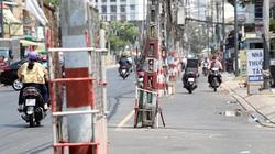 """Cả trăm trụ điện ở Sài Gòn """"bị bỏ quên"""" giữa đường, """"bẫy"""" người người dân"""