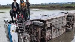 Tránh xe máy, xe chở 40 công nhân bị lật xuống ruộng