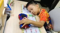 """Dở khóc dở cười ngày đi học lại: Khóc như """"dàn hợp xướng"""", đụng đến sách là... buồn ngủ"""