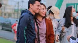 HLV Kiatisak, Công Phượng, Văn Toàn bị fan vây khi đến Hà Nội