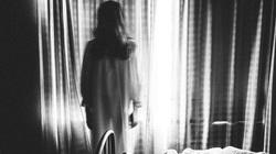 Người phụ nữ hoảng sợ khi thấy ánh đèn leo lét cùng tiếng bước chân nặng nhọc trong căn hầm trống