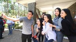 HLV Kiatisuk hào hứng chụp ảnh với dàn Hoa hậu Việt Nam