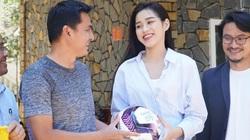 """Ảnh: HLV Kiatisak ngỡ ngàng với """"dàn sao"""" Tiền Phong Marathon"""