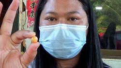 """Cô gái nghèo có tiền chữa trị ung thư cho mẹ nhờ nhặt được """"báu vật"""" hàng chục tỷ đồng trong bữa ăn"""
