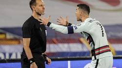 Ronaldo nói gì sau hành động ném băng đội trưởng?