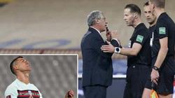 Ronaldo ném băng đội trưởng, trọng tài lên tiếng xin lỗi