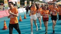 Ảnh: Bóng hồng khoe sắc trên đường chạy Tiền Phong Marathon 2021