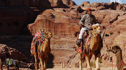 Những phong tục độc đáo... chạm mũi nhau thay lời chào của bộ tộc Bedouin