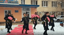 'Chồng nhà người ta' rải thảm đỏ, thuê dàn nhạc, vũ công đón vợ mới sinh con gái từ bệnh viện về