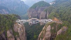 """Những cây cầu kính ở Trung Quốc khiến du khách """"thót tim"""""""