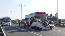 Xe khách hất ô tô 7 chỗ lật ngửa, chắn ngang cao tốc