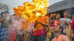 Phong tục kỳ lạ của người Ấn Độ - diễu hành trên đường phố cầm theo một thứ vô cùng ghê rợn